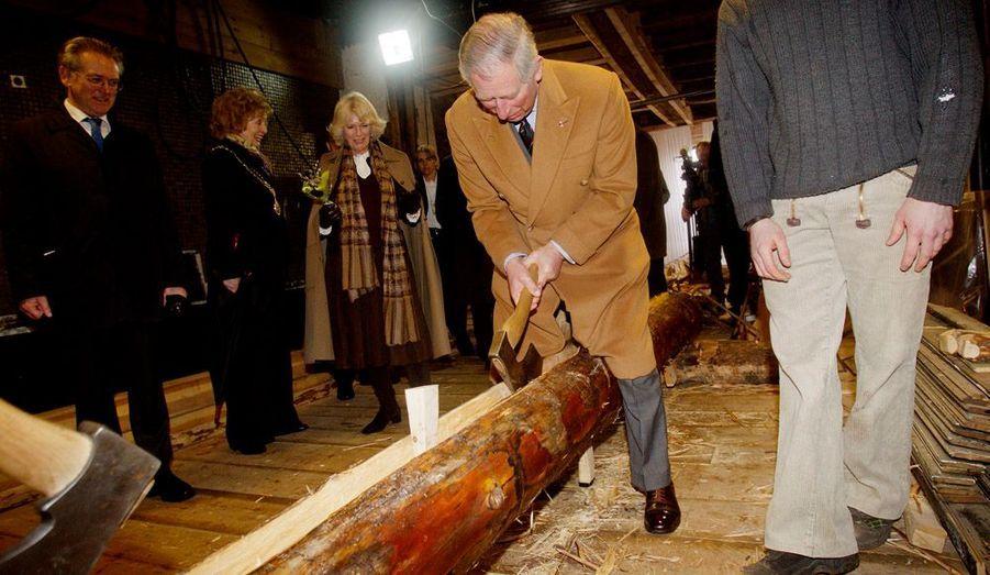 """Le prince Charles en voyage officiel en Scandinavie en mars 2012 a coupé du bois à Bergen, en Norvège. Les tabloïds britanniques avaient titré cette photo: """"Attention aux joyaux de la Couronne, Charles!"""""""