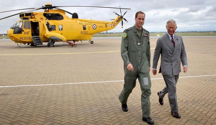 Le prince William a eu le plaisir d'accueillir son père sur son lieu de travail. Le Lieutenant Wales a en effet eu la visite de Charles à la base de la Royal Air Force où il est en poste au Pays de Galles.