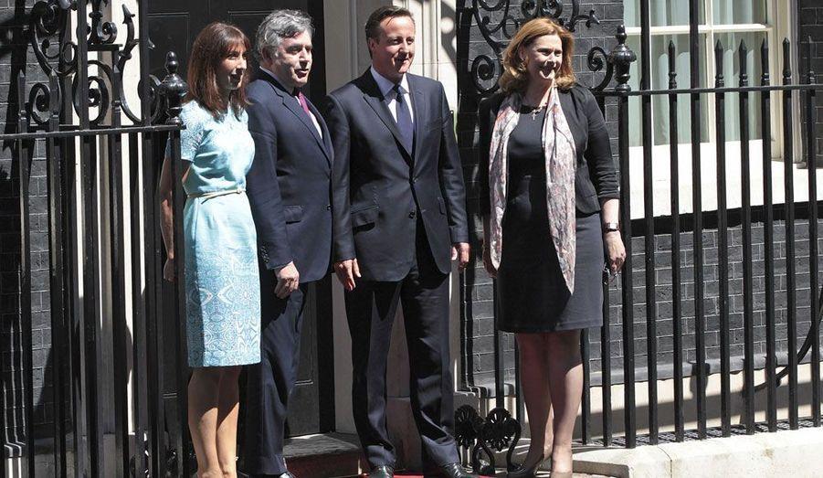 Gordon Brown et sa femme Sarah entourés du couple Cameron.