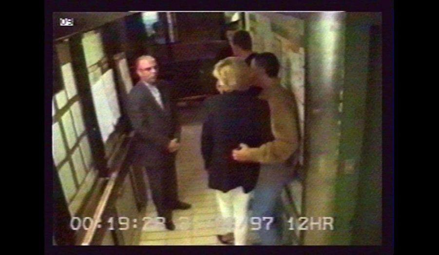 Le couple quitte le Ritz de la place Vendôme aux alentours de minuit.
