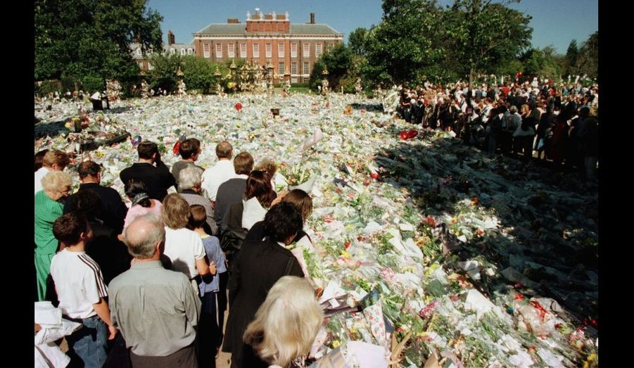 """Dès l'annonce de la mort de Diana, l'émotion est énorme. Des milliers de fans viennent déposer des bouquets en hommage à la princesse des cœurs devant les grilles de Kensington Palace. En si grand nombre qu'on parlera rapidement de la """"mer de fleurs""""."""