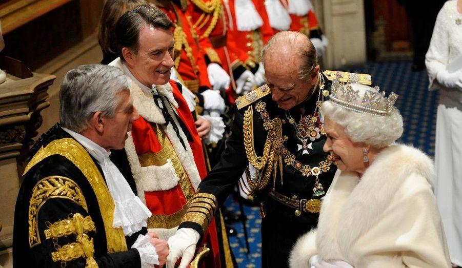Après son discours, la Reine a pris le temps de parler à quelques membres du gouvernement travailliste.