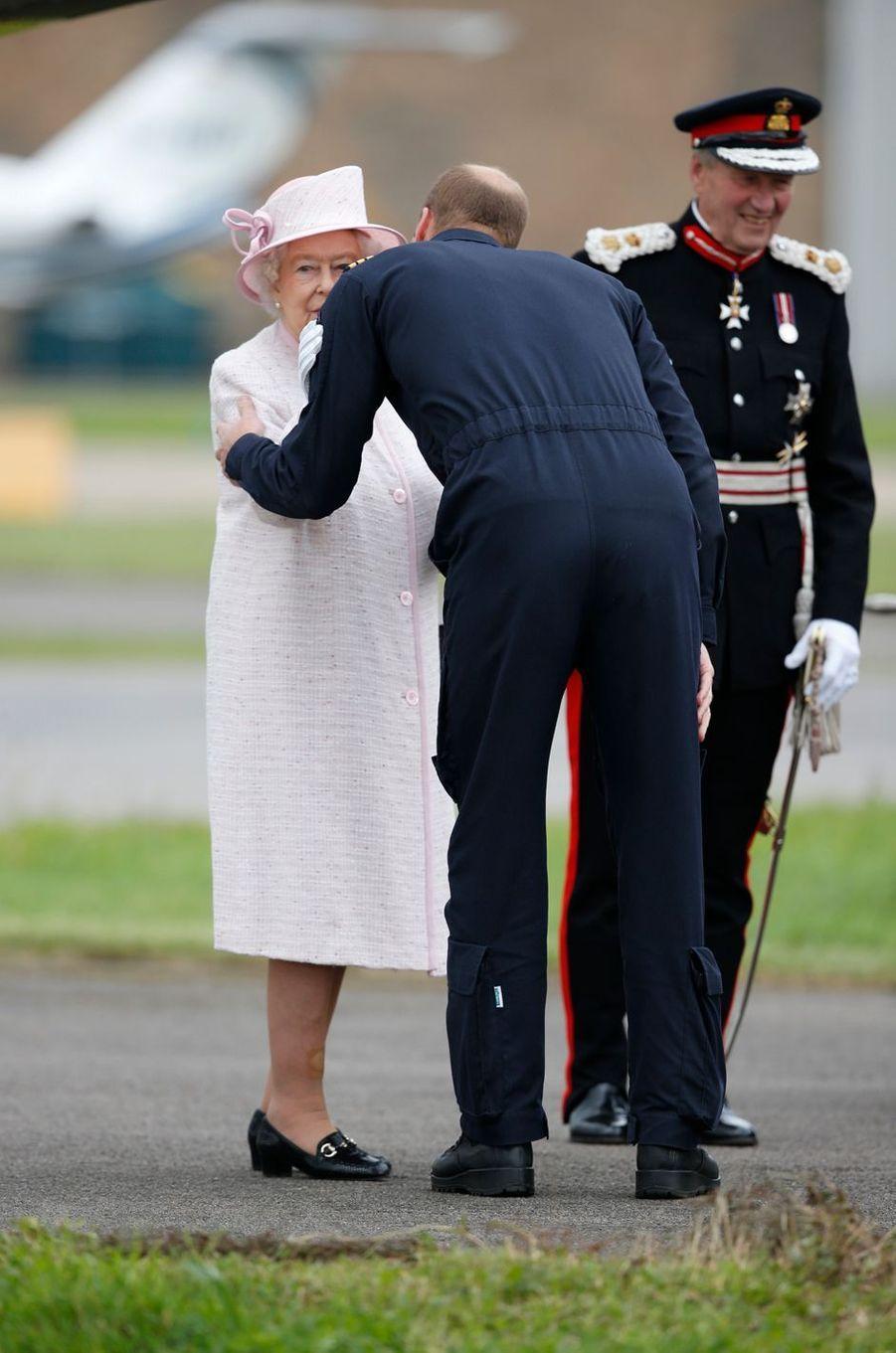 La reine Elizabeth II avec son petit-fils le prince William à Cambridge, le 13 juillet 2016
