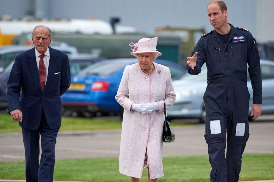 La reine Elizabeth II et le prince Philip avec leur petit-fils le prince William à Cambridge, le 13 juillet 2016
