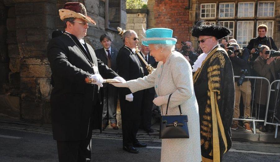 Selon la tradition, Elizabeth II touche l'épée de Sigismund