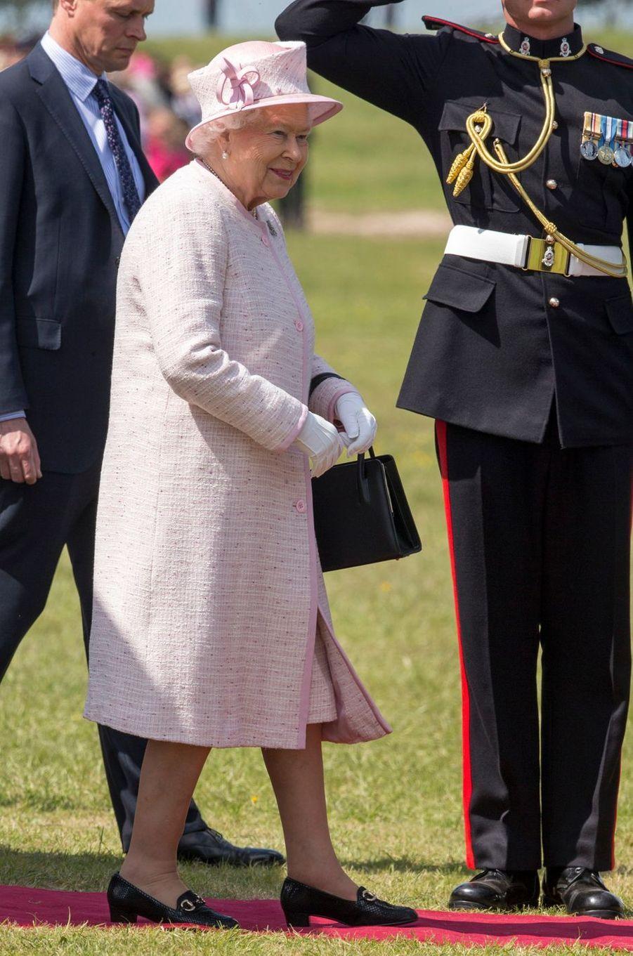 La reine Elizabeth II au camp militaire de Larkhill, le 26 mai 2016