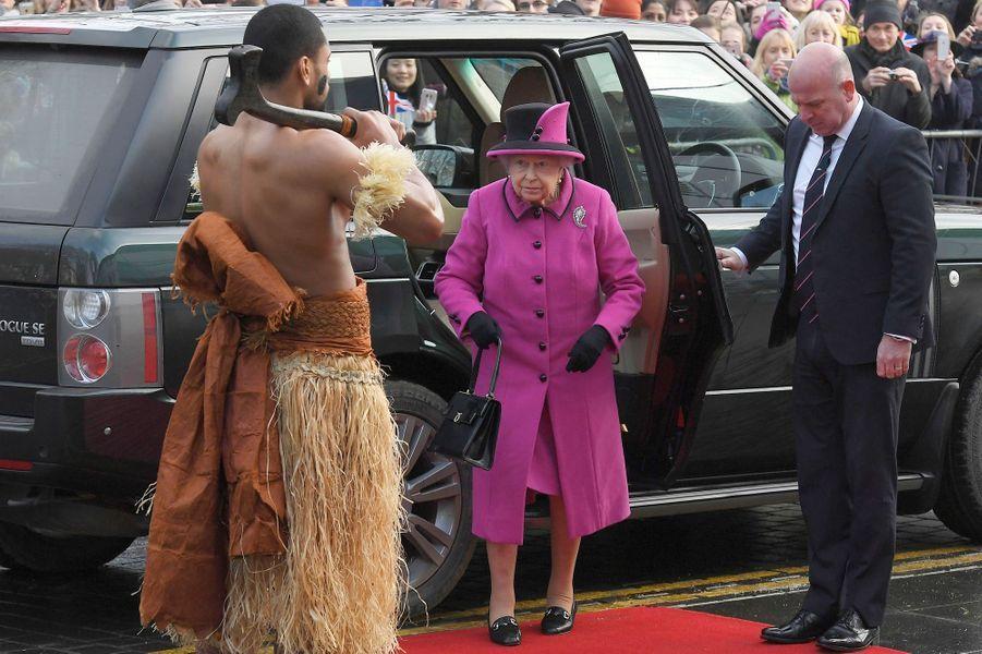 La reine Elizabeth II face à un guerrier des îles Fidji à Norwich, le 27 janvier 2017
