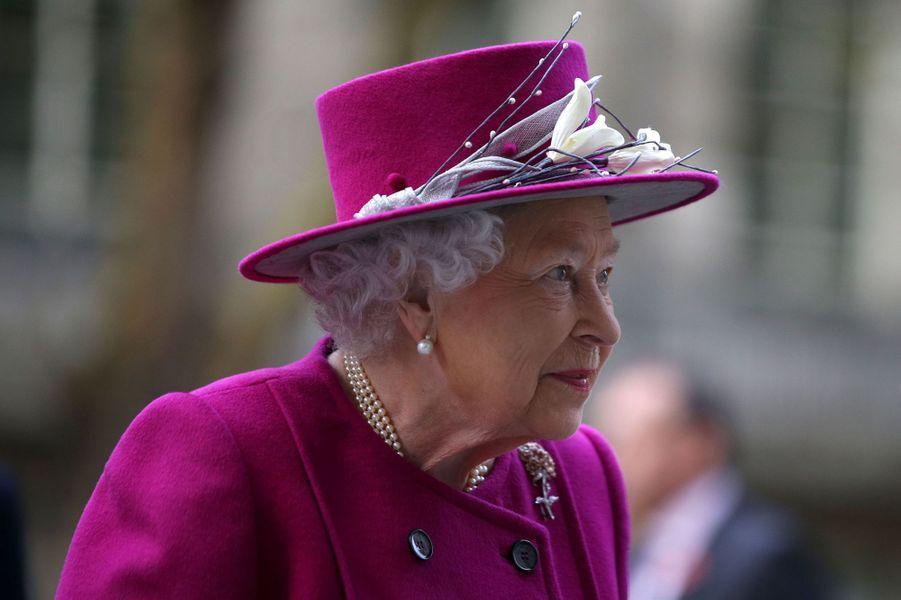 La reine Elizabeth II en rose magenta à Londres, le 8 novembre 2017