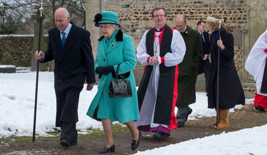 A la sortie de l'église, la Reine converse avec Lord Greville Howard, baron de Rising, sommité locale du Norfolk et ancien parlementaire conservateur.
