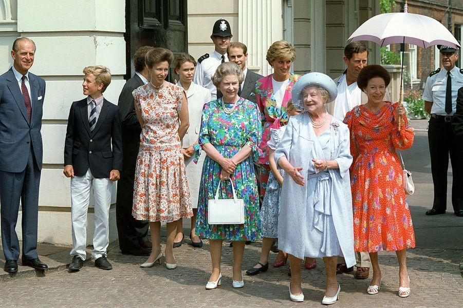 La reine Elizabeth II en famille pour les 60 ans de la princesse Margaret à Londres (août 1990)