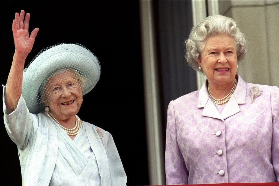 La reine Elizabeth II avec sa mère Elizabeth, pour son 100e anniversaire, à Buckingham (août 2000)