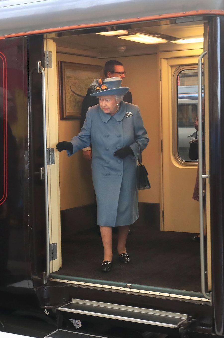 La reine Elizabeth II arrive en train à Kingston-upon-Hull, le 16 novembre 2017