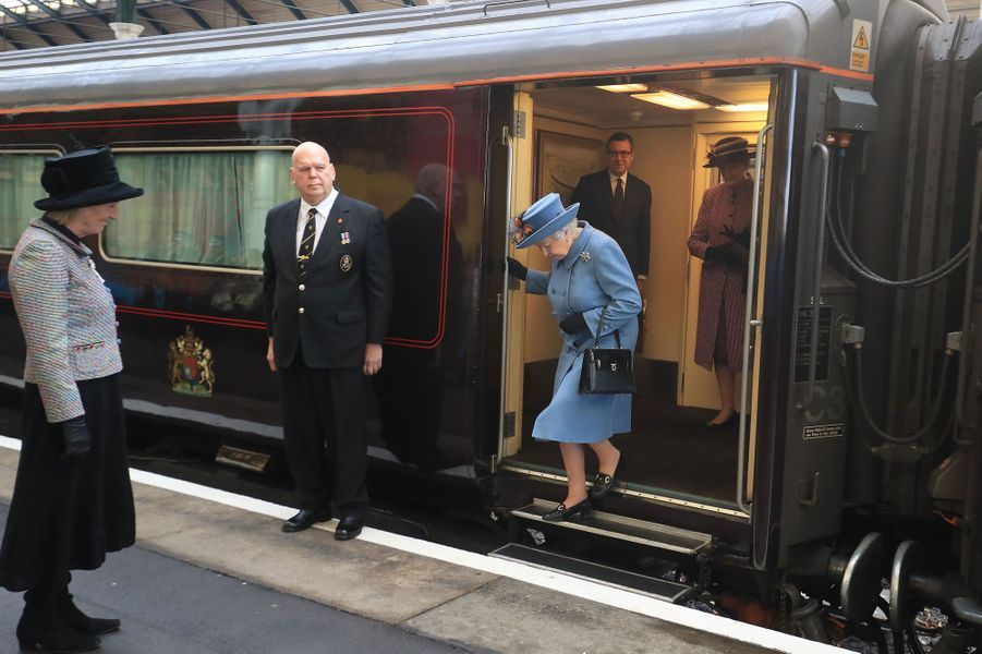 La reine Elizabeth II à la gare de Kingston-upon-Hull, le 16 novembre 2017