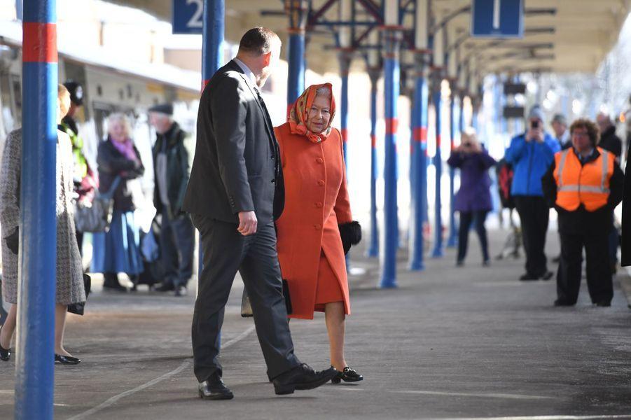 La reine Elizabeth II, en orange, à la gare de King's Lynn, le 7 février 2018