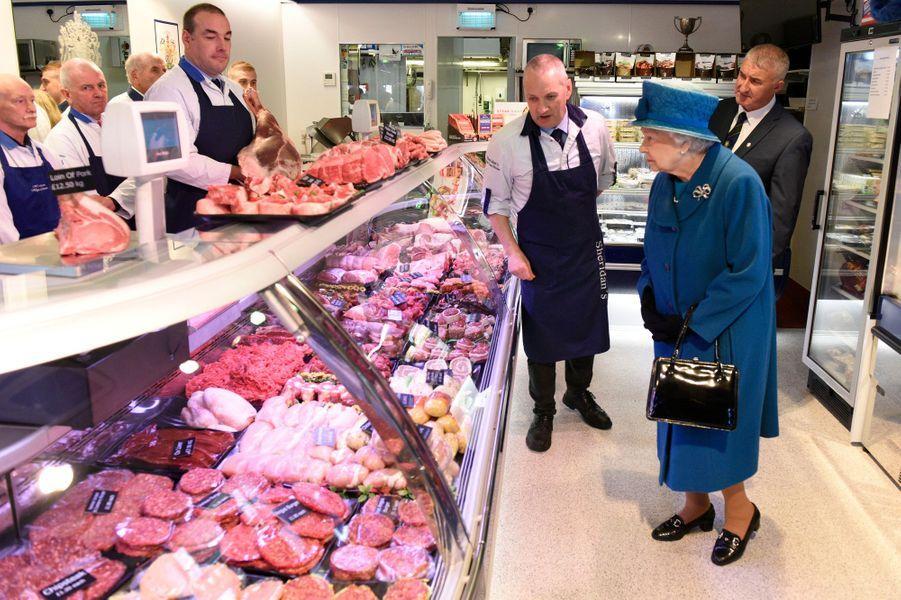 La reine Elizabeth II dans une boucherie à Ballater en Ecosse, le 27 septembre 2016