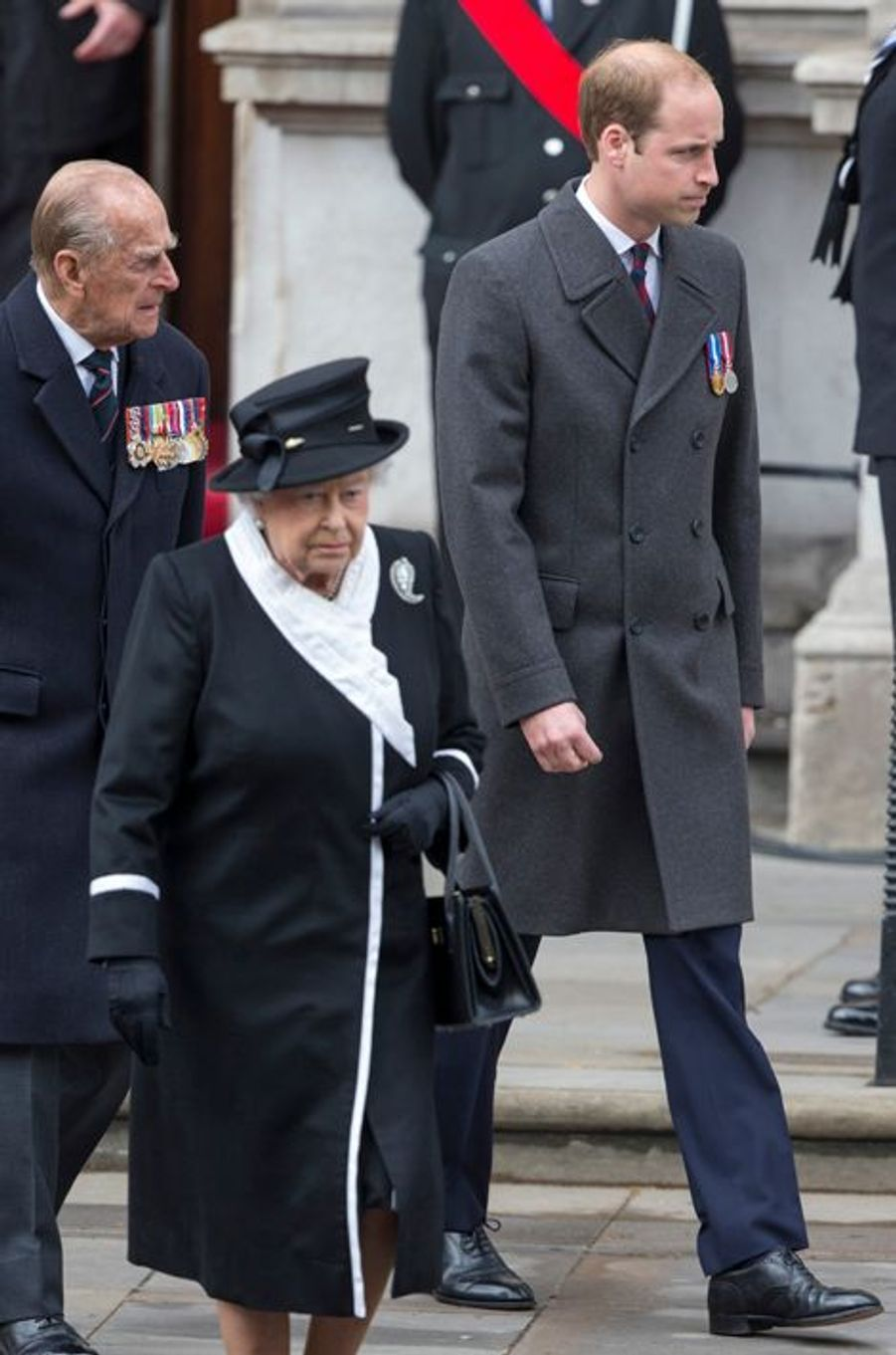 La reine Elizabeth II et les princes Philip et William au Cénotaphe à Londres, le 25 avril 2015