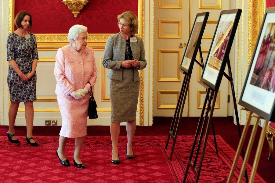 La reine Elizabeth II au Palais St James à Londres, le 27 octobre 2015