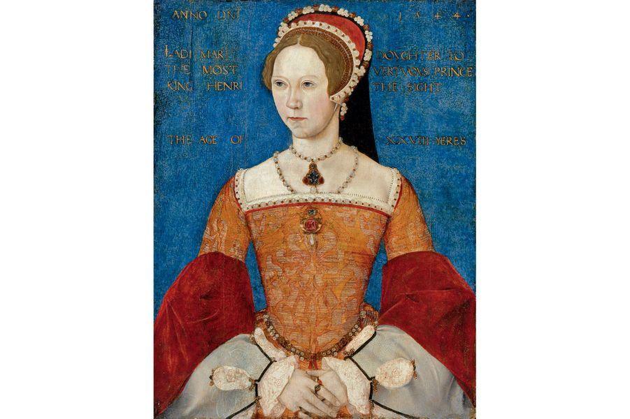 Mary Ire, la Reine SanglanteMary est la fille d'Henry VIII et de sa première épouse Catherine d'Aragon, répudiée après 20 ans de mariage pour ne pas avoir su donner un fils au roi. Soutenue par une grande partie de la noblesse anglaise, elle est proclamée reine, à l'âge de 37 ans, le 19 juillet 1553, soit treize jours après le décès de son demi-frère le roi Edward VI qui lui avait préféré sa cousine protestante Jane Grey pour lui succéder. Première femme à régner sur l'Angleterre, Mary, qui est sacrée à l'abbaye de Westminster le 30 octobre 1553, y restaure le catholicisme. Au XVIIème siècle, on se souviendra d'elle sous le nom de «Bloody Mary» (Mary la Sanglante) en raison des persécutions des protestants perpétrées sous son règne d'à peine plus de 5 ans.En 1554, la reine Mary épouse Felipe d'Espagne (le fils de Charles Quint), qui deviendra lui-même «roi des Espagnes» deux ans plus tard sous le nom de Felipe II (Philippe II). Un mariage qui est loin de faire l'unanimité dans le royaume, bien au contraire. Certains voient en effet dans cette union avec un prince étranger un risque d'ingérence. Quatre ans après ces noces, le 17 novembre 1558, Mary meurt à l'âge de 42 ans, sans héritier.