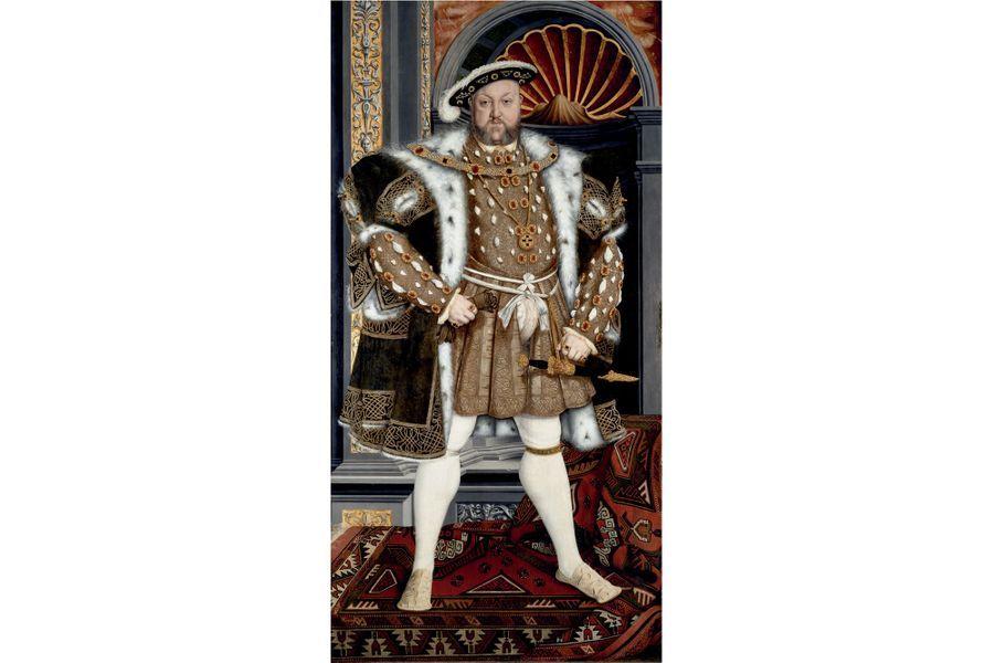 Henry VIII, l'homme à femmesHenry VIII et les femmes, le sujet aura fait couler beaucoup d'encre et usé bien des pellicules. Resté célèbre dans l'histoire pour sa vie matrimoniale des plus mouvementée –il eut six femmes, en répudia deux, en fit exécuter deux autres-, Henry VIII est le fils d'Henry VII, le premier Tudor de la dynastie, et d'Elizabeth d'York. À son avènement en 1509, il n'a que 17 ans. Contemporain de François Ier et de Charles Quint, il cache derrière son image populaire d'une sorte de «Barbe bleue» celle d'un homme de la Renaissance, un vrai humaniste mais au caractère bien trempé. Exécuté en 1535 pour avoir refusé de le reconnaître comme chef de l'Église d'Angleterre, Thomas More a déclaré à son propos: «C'est comme de jouer avec un lion domestiqué, c'est souvent sans dommage, mais tout aussi souvent le dommage est à craindre. Il rugit souvent de rage sans raison apparente et soudain le jeu devient mortel.»Couronné le 24 juin 1509 à l'abbaye de Westminster, Henry VIII régna près de 38 ans, jusqu'à son décès le 28 janvier 1547, à l'âge de 55 ans.