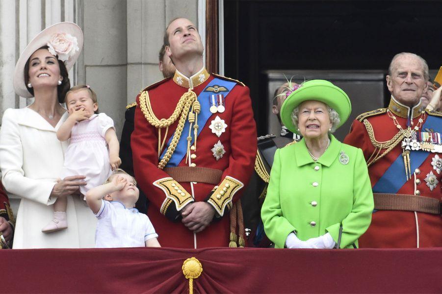 Les yeux vers le ciel pour Kate, William, Charlotte et George