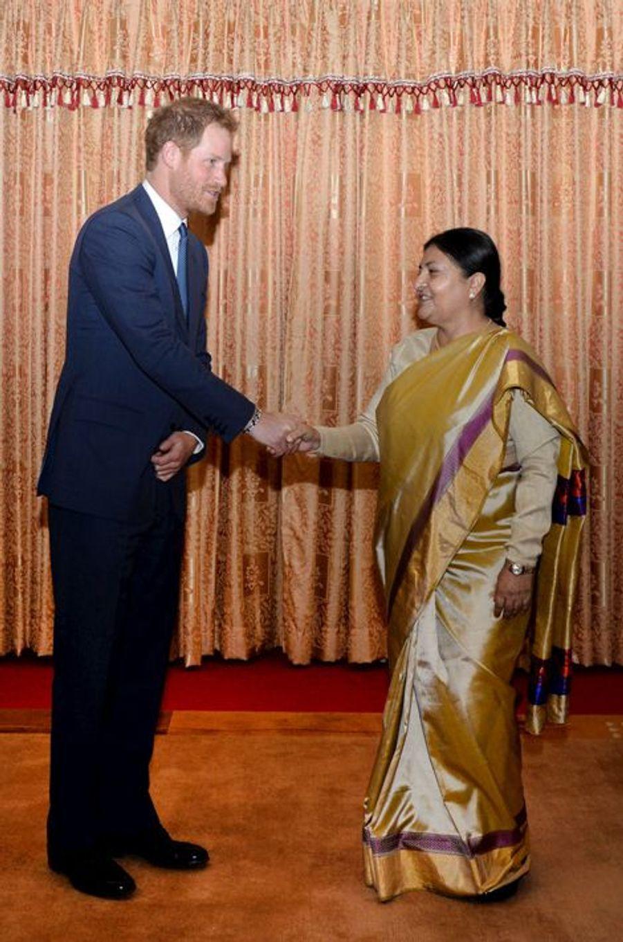 Le prince Harry avec la présidente de la République népalaise à Katmandou, le 19 mars 2016