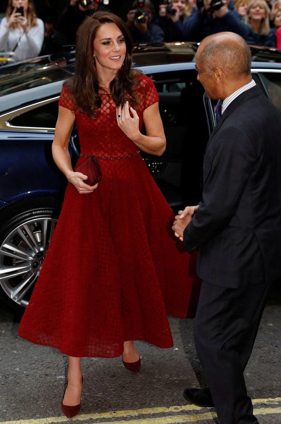 La duchesse de Cambridge, née Kate Middleton, dans une robe Notte by Marchesa à Londres le 4 avril 2017