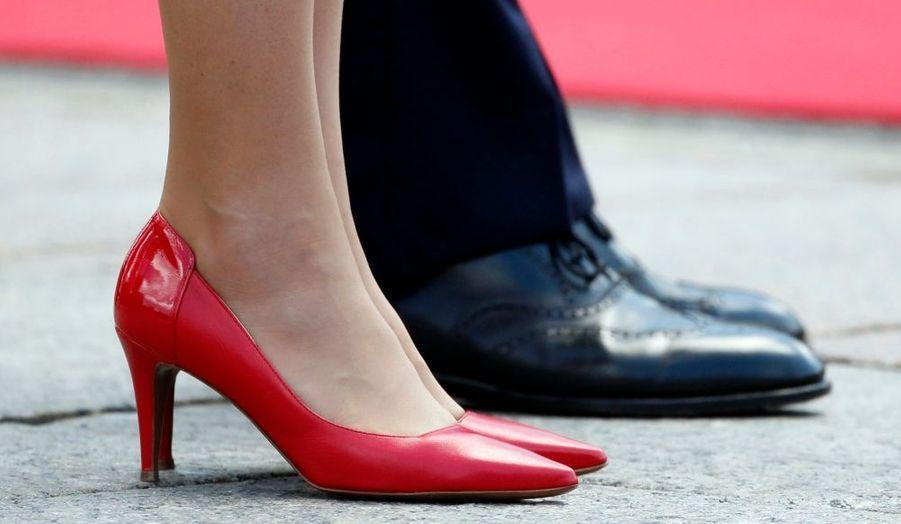 Zoom sur les magnifiques chaussures rouges de Kate.
