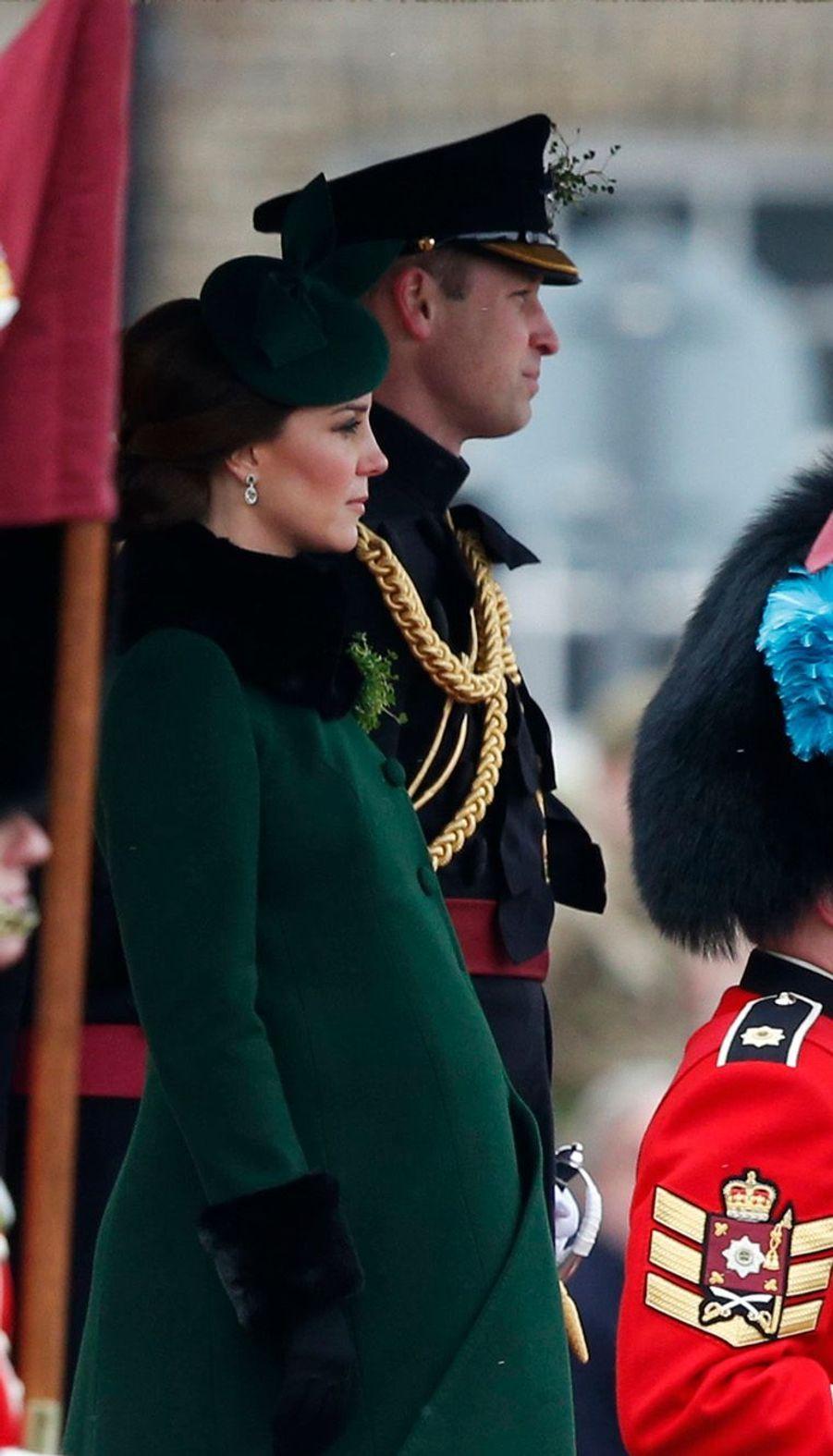 Ce samedi 17 mars, nous célébrons la Saint-Patrick, le Saint-Patron de l'Irlande. Le prince William et la duchesse de Cambridge Kate ont à cette occasion rendu visite auxIrish Guards,régiments d'élite irlandais de l'armée britannique.
