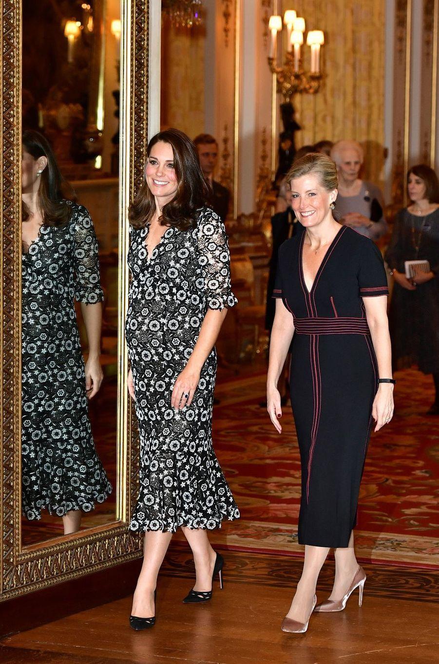 La duchesse Catherine de Cambridge et la comtesse Sophie de Wessex à Buckingham Palace à Londres, le 19 février 2018