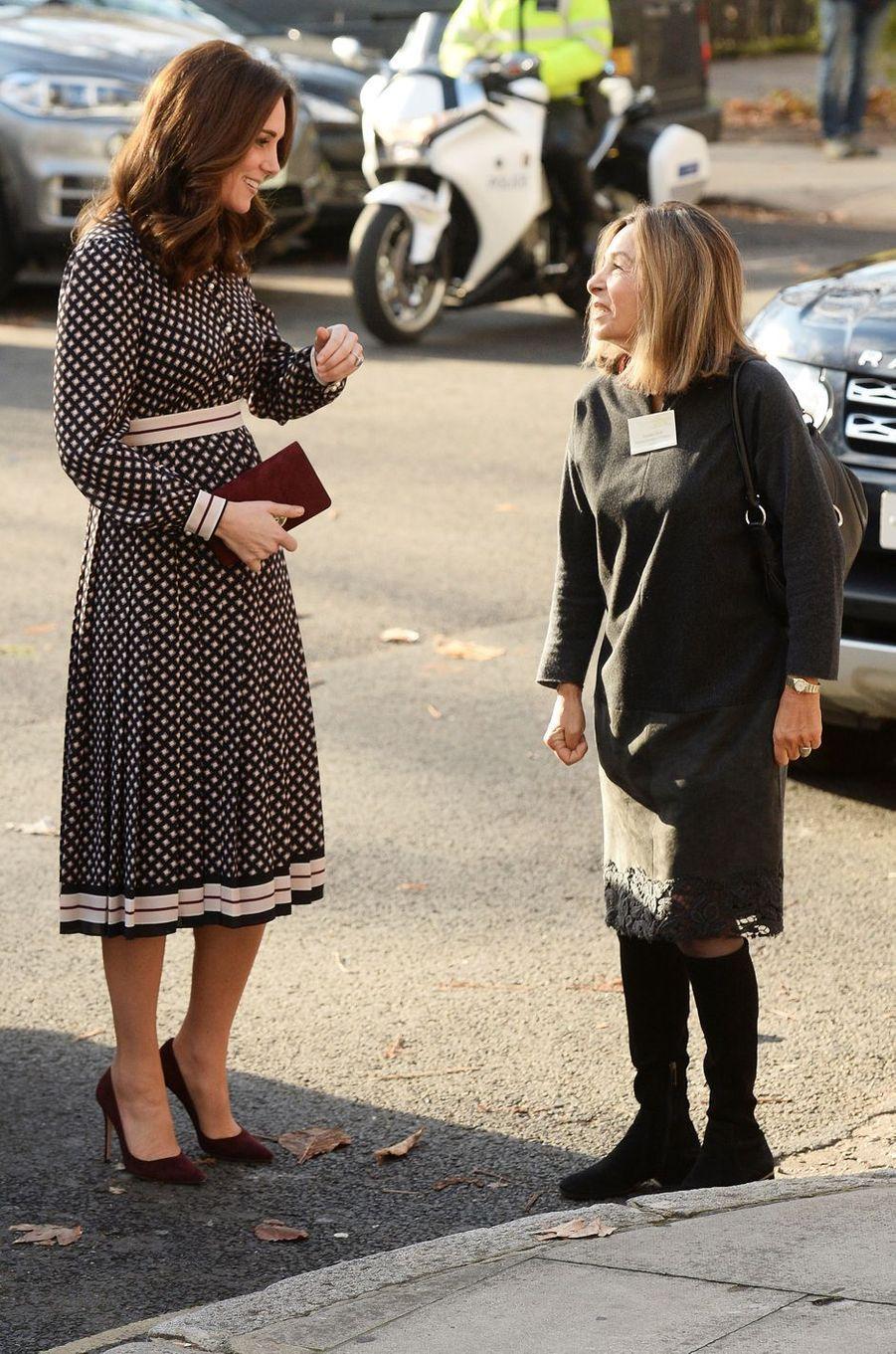 La duchesse Catherine de Cambridge dans une robe Kate Spade à Londres, le 28 novembre 2017