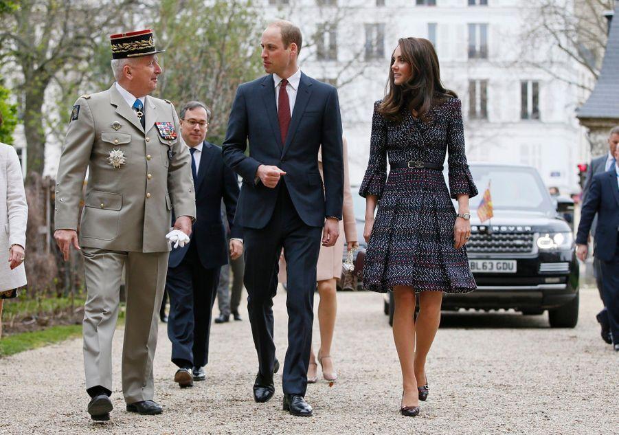 Le Prince William Et Kate Middleton En Visite Aux Invalides 1