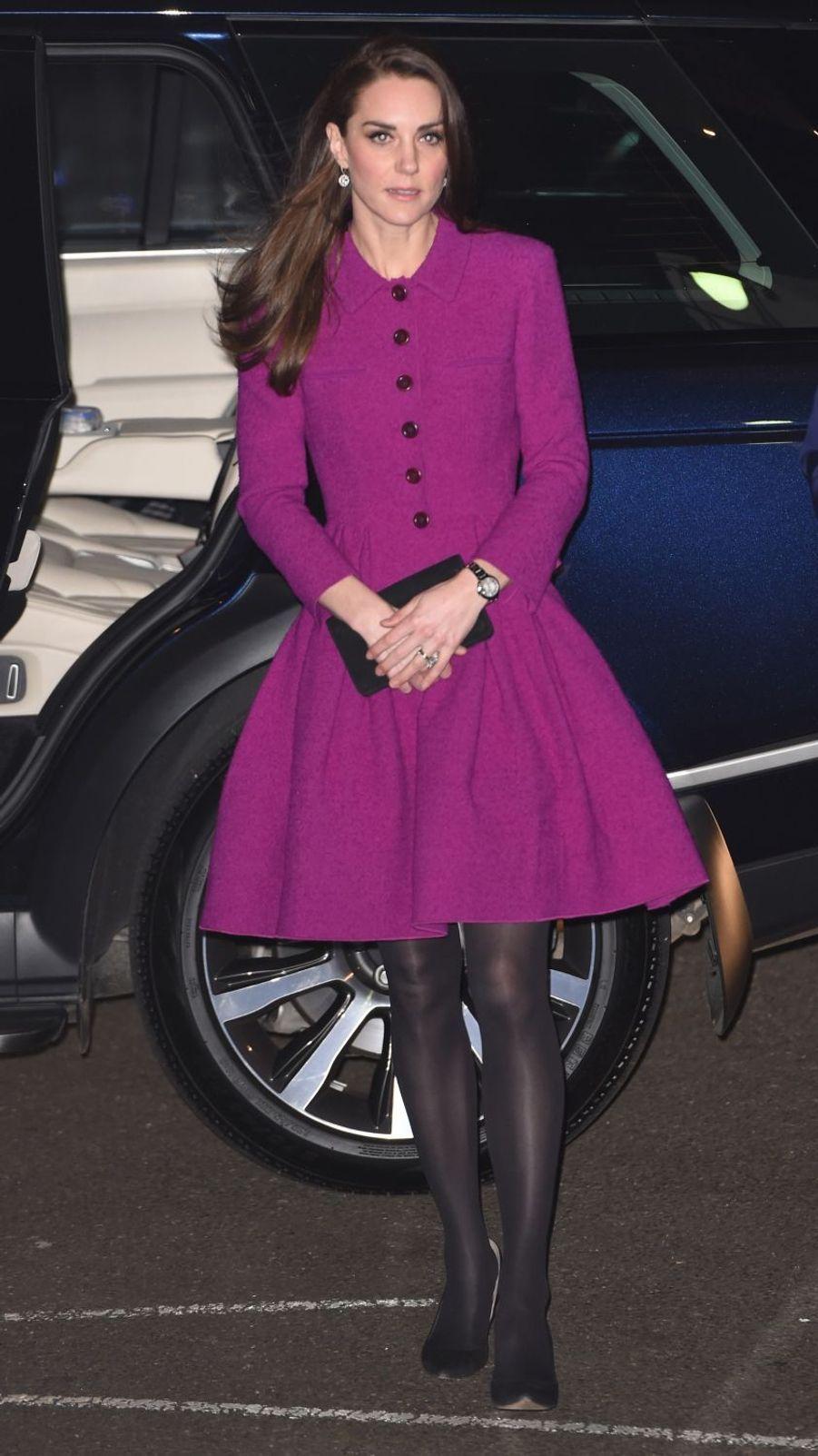 La duchesse de Cambridge, née Kate Middleton, arbore un nouveau tailleur Oscar de la Renta à Londres, le 6 février 2017