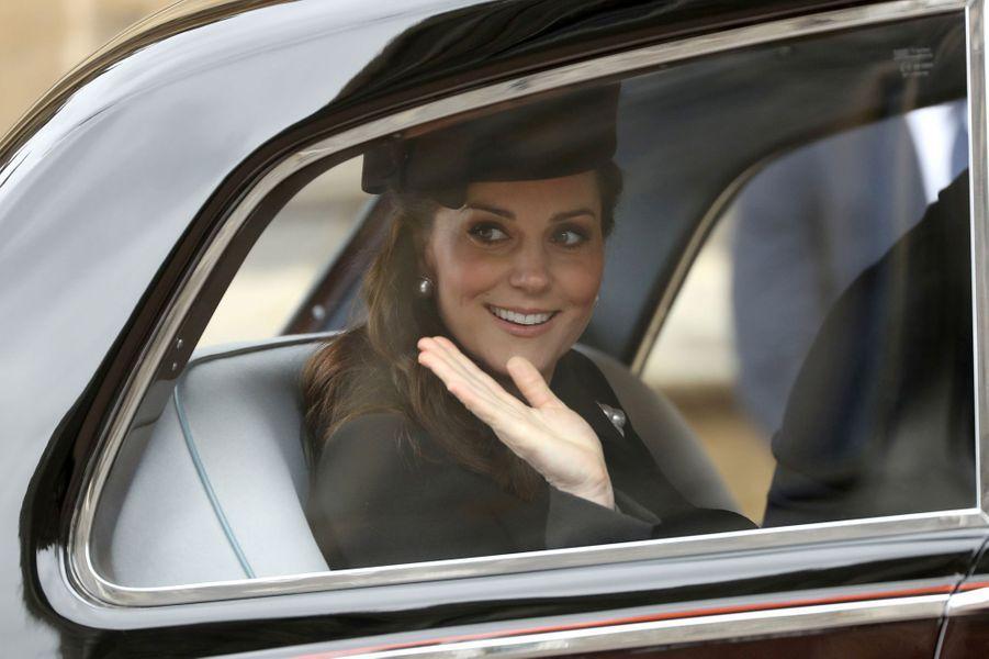 Kate Middleton enceinte de son troisième enfant, lors de sa dernière apparition en public avant son congé maternité, le dimanche de Pâques, 1er avril 2018.