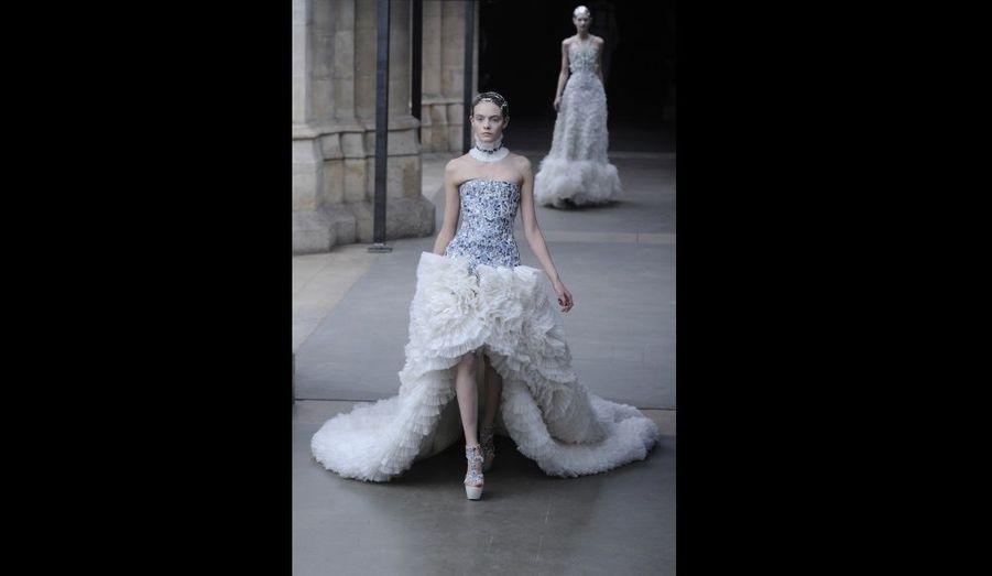 Un modèle créé par Sarah Burton, directrice artistique d'Alexander McQueen, pour la collection Printemps-Eté 2011/2012.