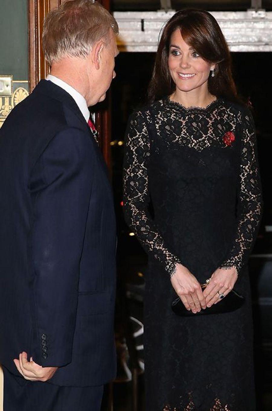 Kate Middleton so chic en dentelle lors du Festival of Remembrance au Royal Albert Hall à Londres, le 7 novembre 2015