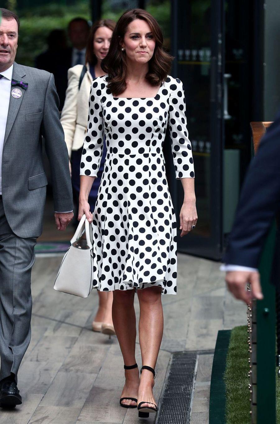 La duchesse de Cambridge, Kate Middleton, dans une robe Dolce & Gabbana à Wimbledon, le 3 juillet 2017
