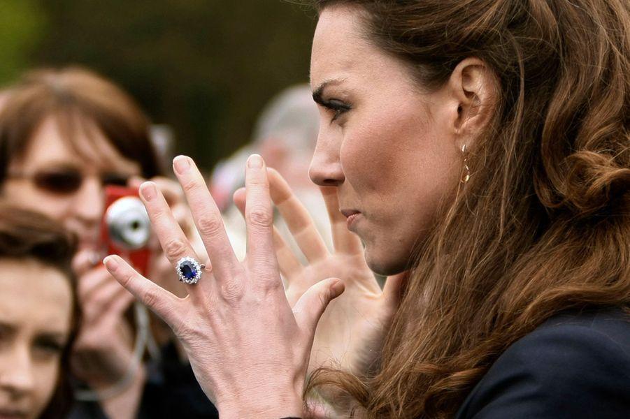Sa bague de fiançailles au doigt de Kate Middleton avant son mariage, le 11 avril 2011