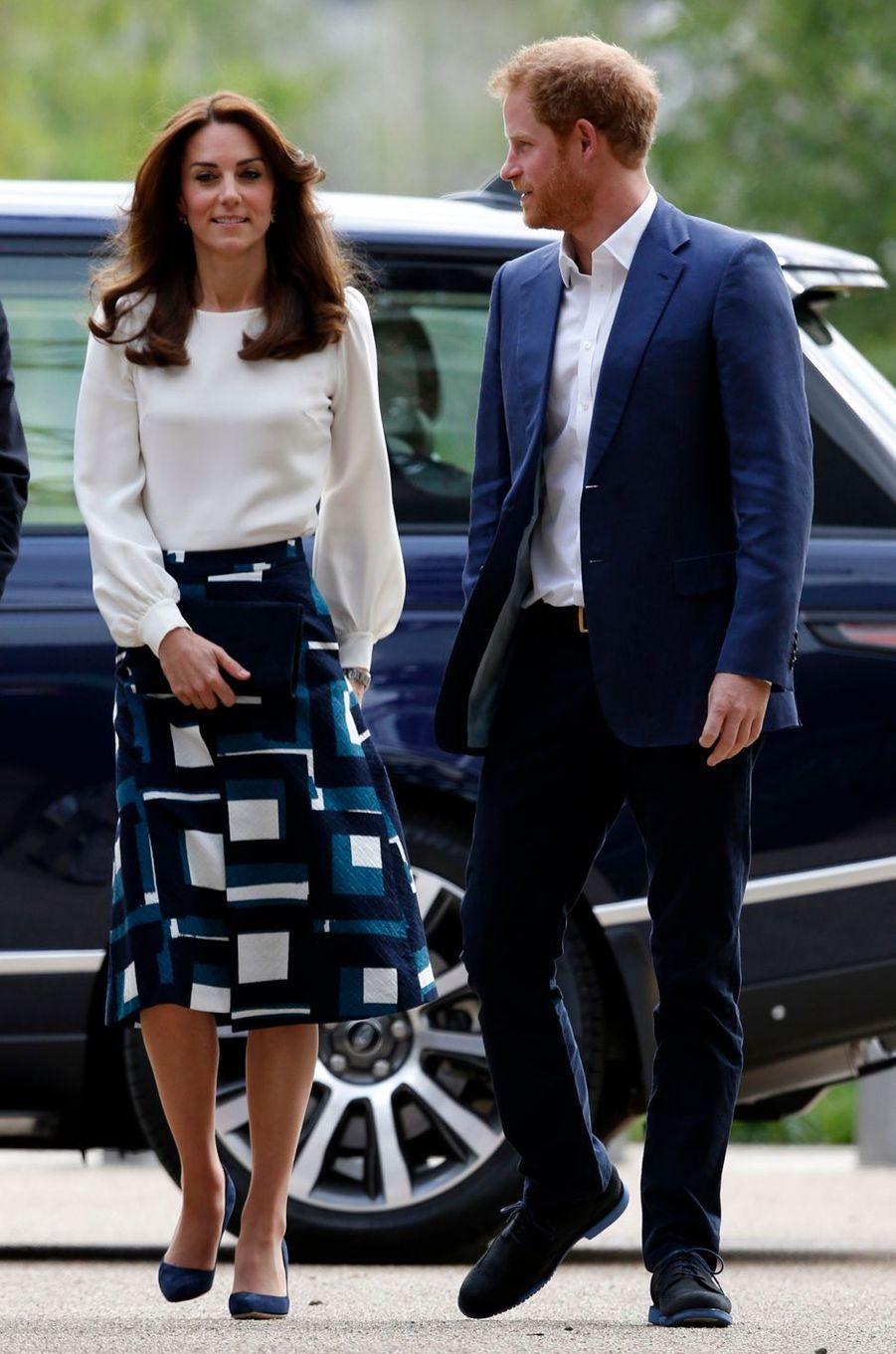 La duchesse Catherine de Cambridge et le prince Harry au Queen Elizabeth Olympic Park à Londres, le 17 mai 2016