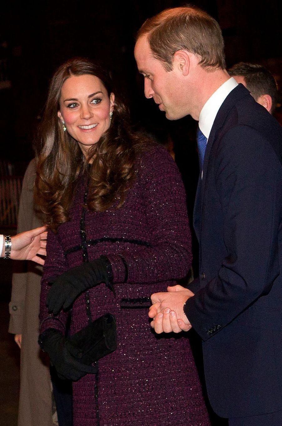 La duchesse de Cambridge, enceinte de la princesse Charlotte, dans un manteau Séraphine, le 7 décembre 2014