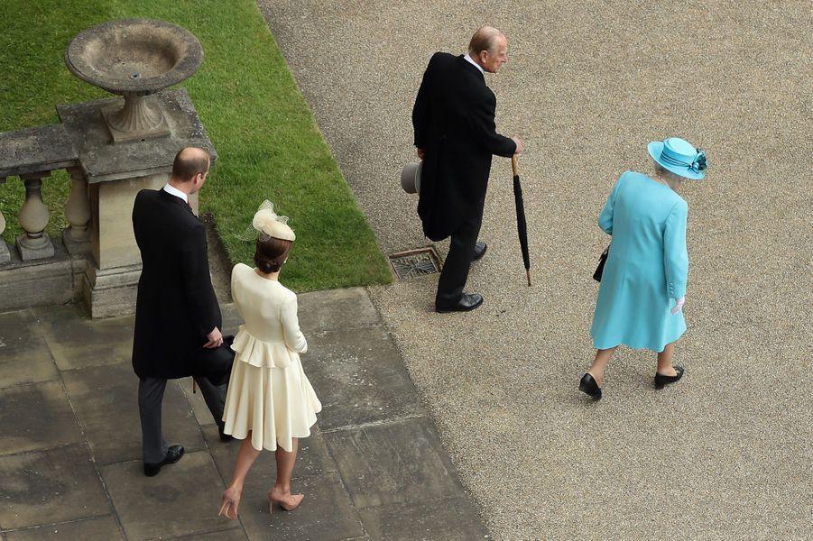 La reine Elizabeth II, les princes Philip et William et la duchesse Catherine à Buckingham Palace à Londres, le 24 mai 2016