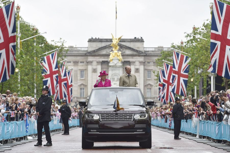 La reine Elizabeth II défile avec son époux