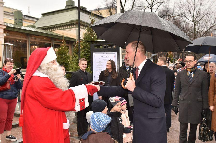 Le prince William avec le Père Noël en Finlande, le 30 novembre 2017