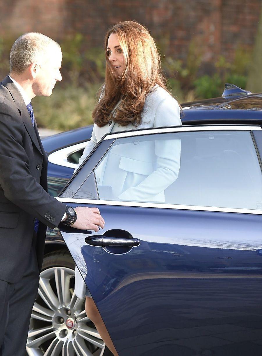1 La Duchesse De Cambridge, Née Kate Middleton, En Visite À Kensington