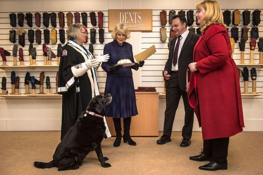 Camilla Parker-Bowles avec Ruby dans l'usine Dents à Warminster, le 24 février 2015