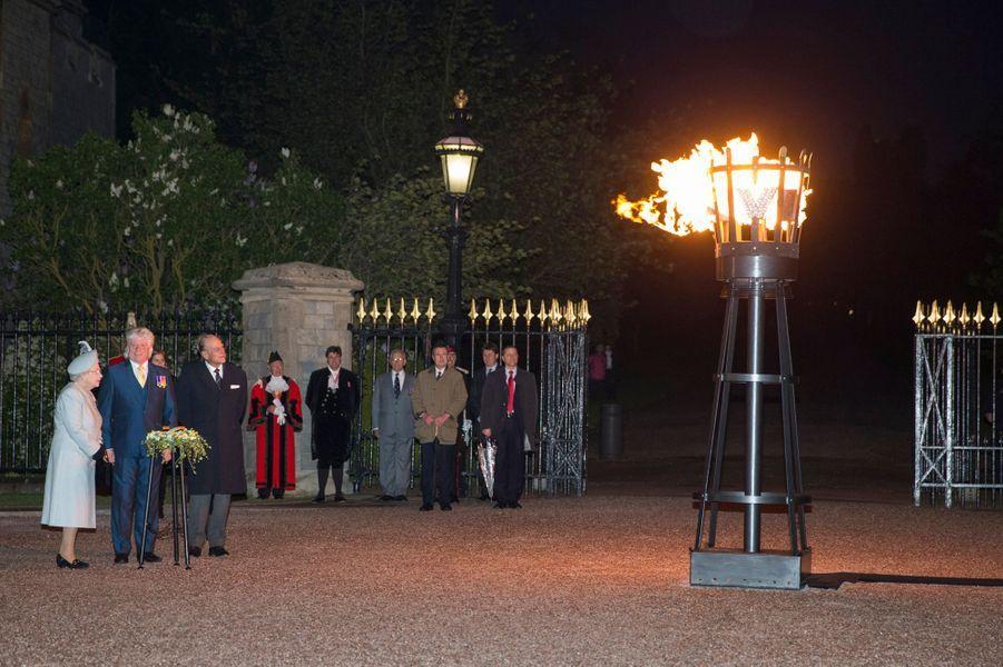 La reine Elizabeth II allume la première balise à Windsor, le 8 mai 2015