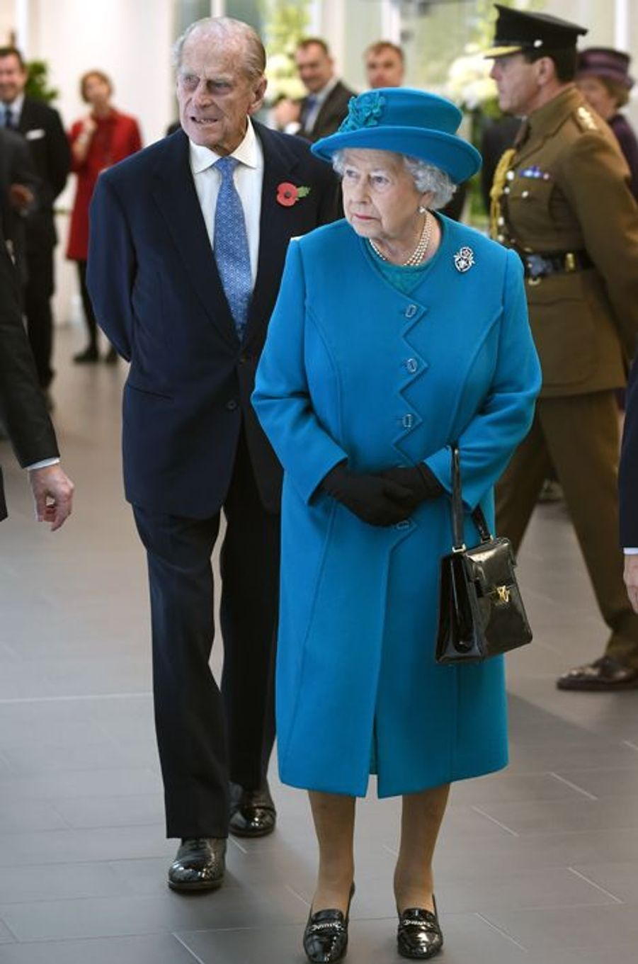 La reine Elisabeth II d'Angleterre inaugure la nouvelle usine Jaguar Land Rover à Wolverhampton le 30 octobre 2014