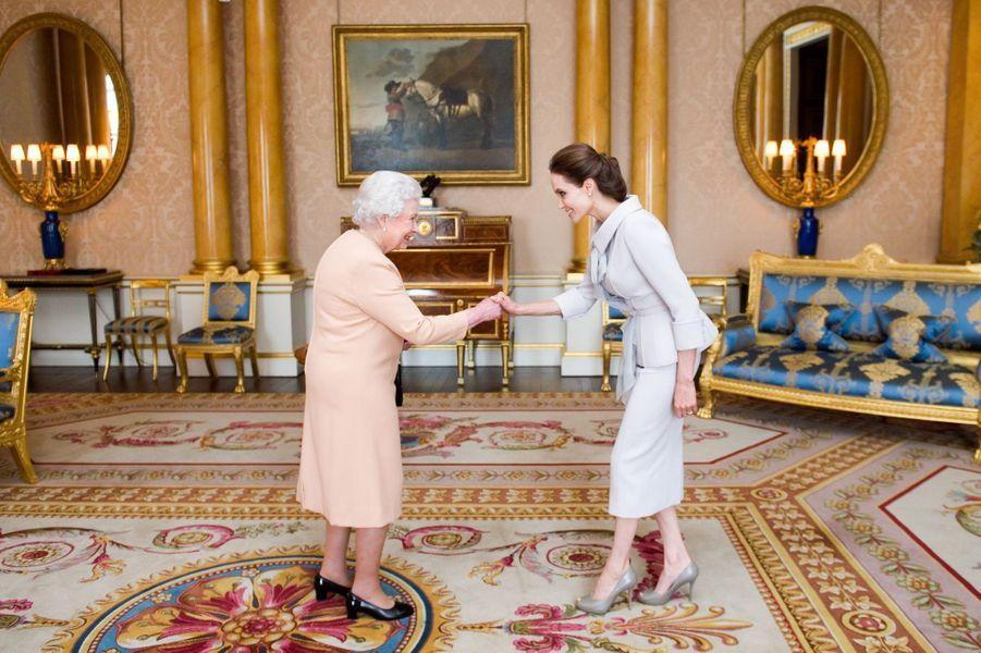 La reine Elizabeth l'appelle Dame Angelina Jolie