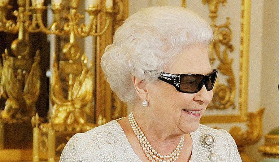 Elizabeth II regardant son discours de noël en 3D.