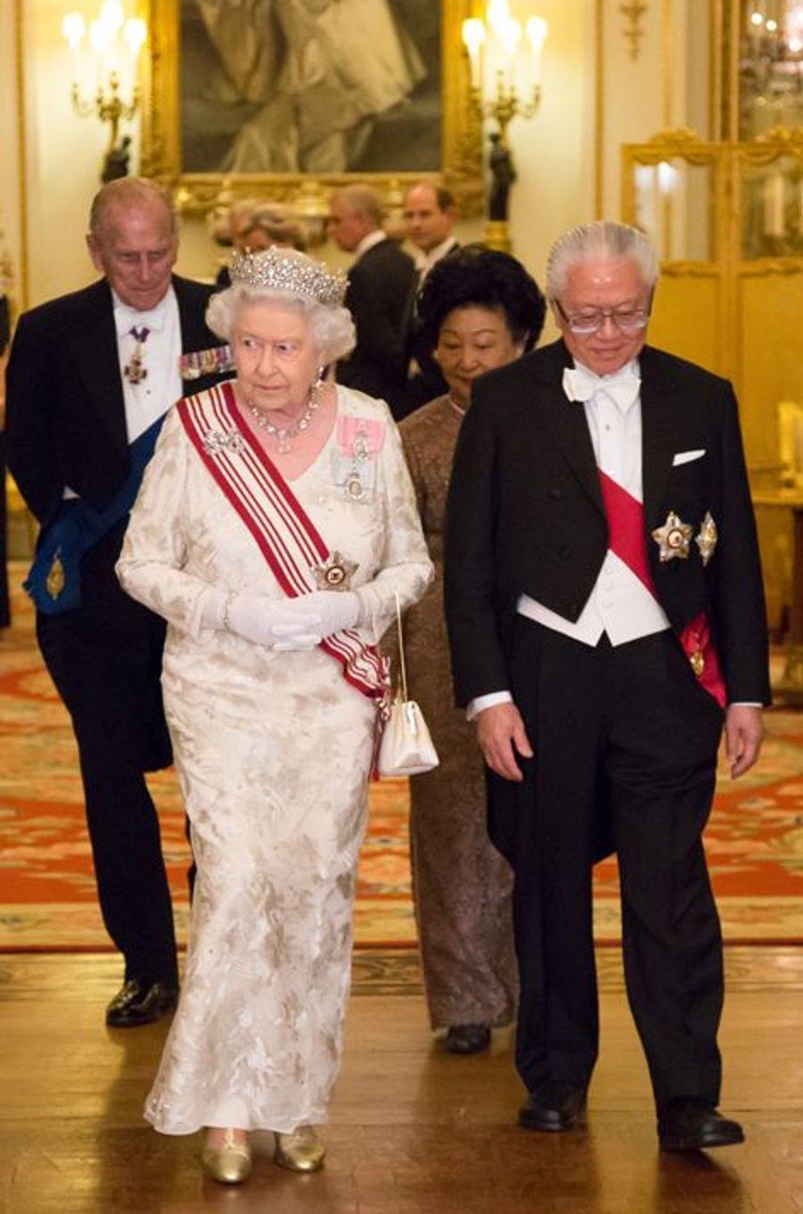 La reine Elizabeth II, son époux le duc d'Edimbourg, avec le président de la République de Singapour et sa femme à Londres le 21 octobre 2014
