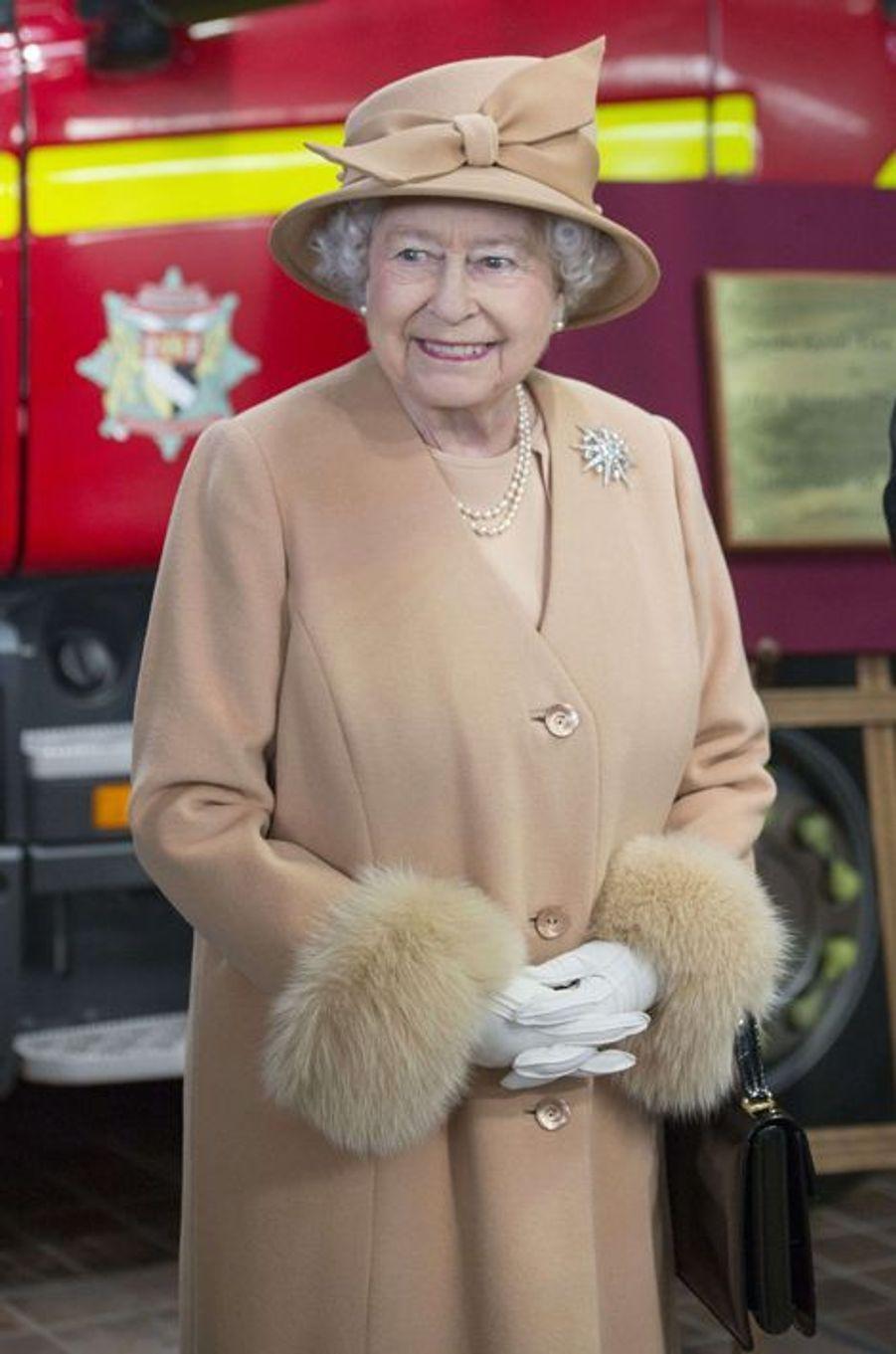 La reine Elizabeth II inaugure la caserne de pompiers à King's Lynn, le 2 février 2015